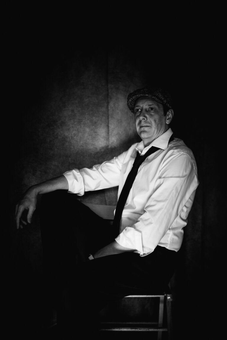 Selfie Film Noir Black and White Chair - m-foerster.com